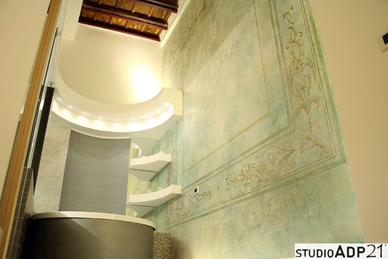 decorazione classica. parete bordo vasca decorata