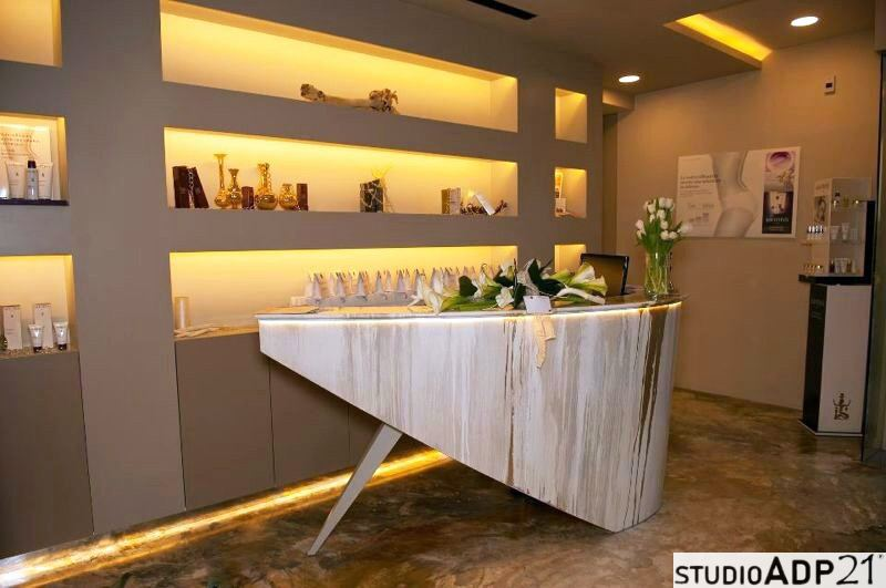 Come decorare gli elementi di arredo con la resina e for Arredamento reception estetica