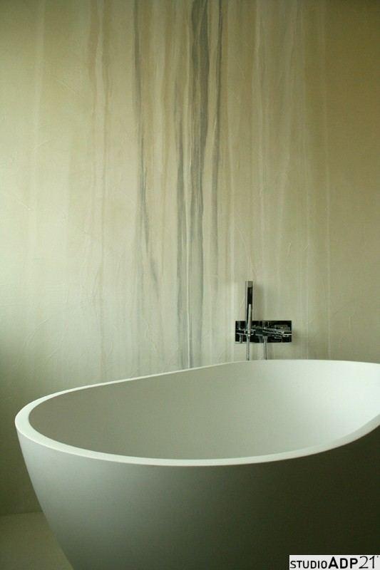 parete vasca decorata con resina con colature di argento,bianco e color sabbia