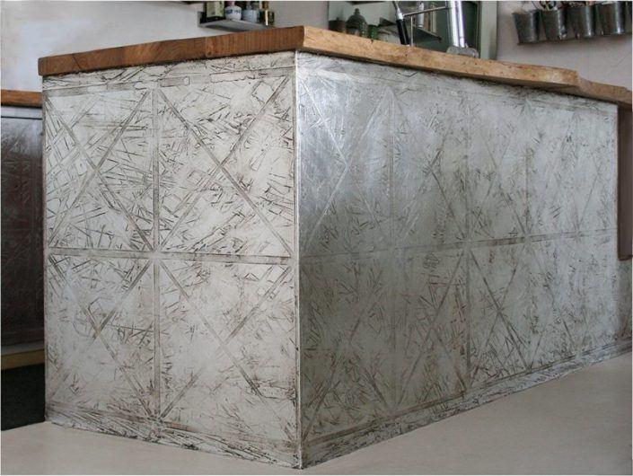 banco cucina decorato con rivestimento in foglia argento e finitura in resina che simula l'acciaio