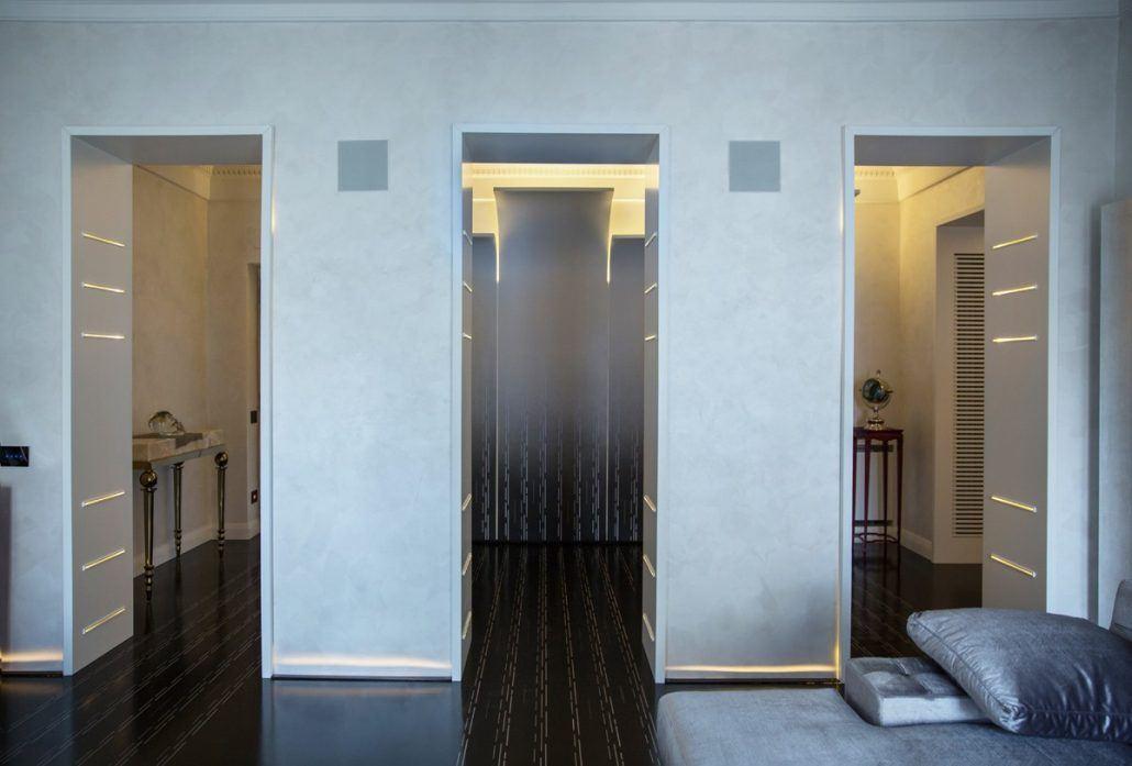 resina autolivellante decorata sia su pavimento che su pannelli in legno verticali