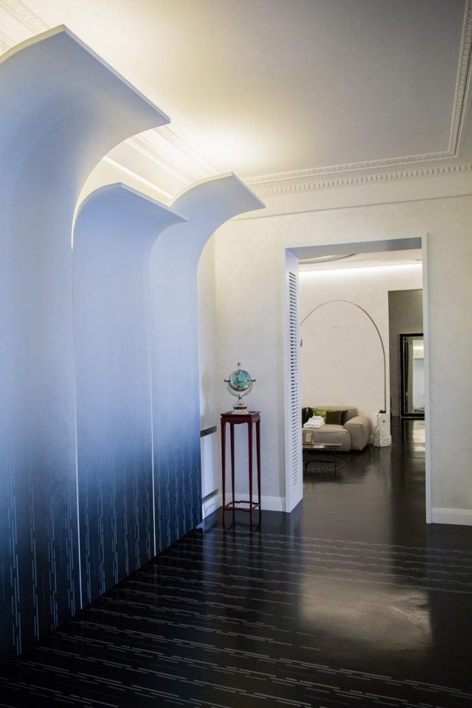 pareti in legno curve con sfupature pittoriche delicate con nero e argento