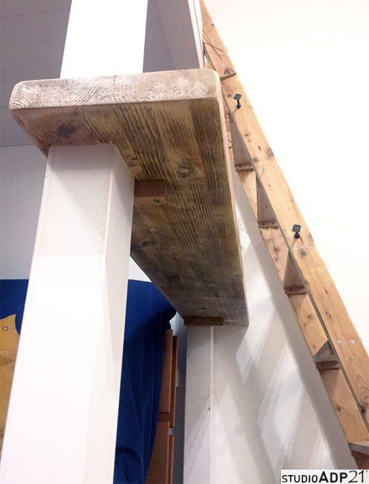 soppalco in legno grezzo con scala