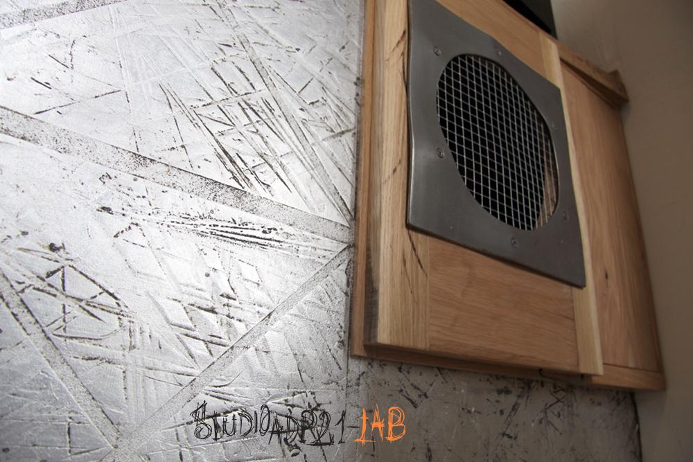 sportello cucina legno e ferro con griglia di areazione