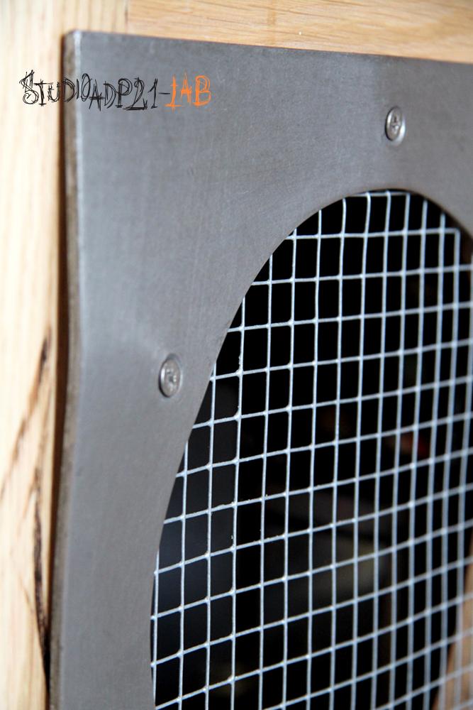 sportello cucina ferro e legno con griglia di areazione