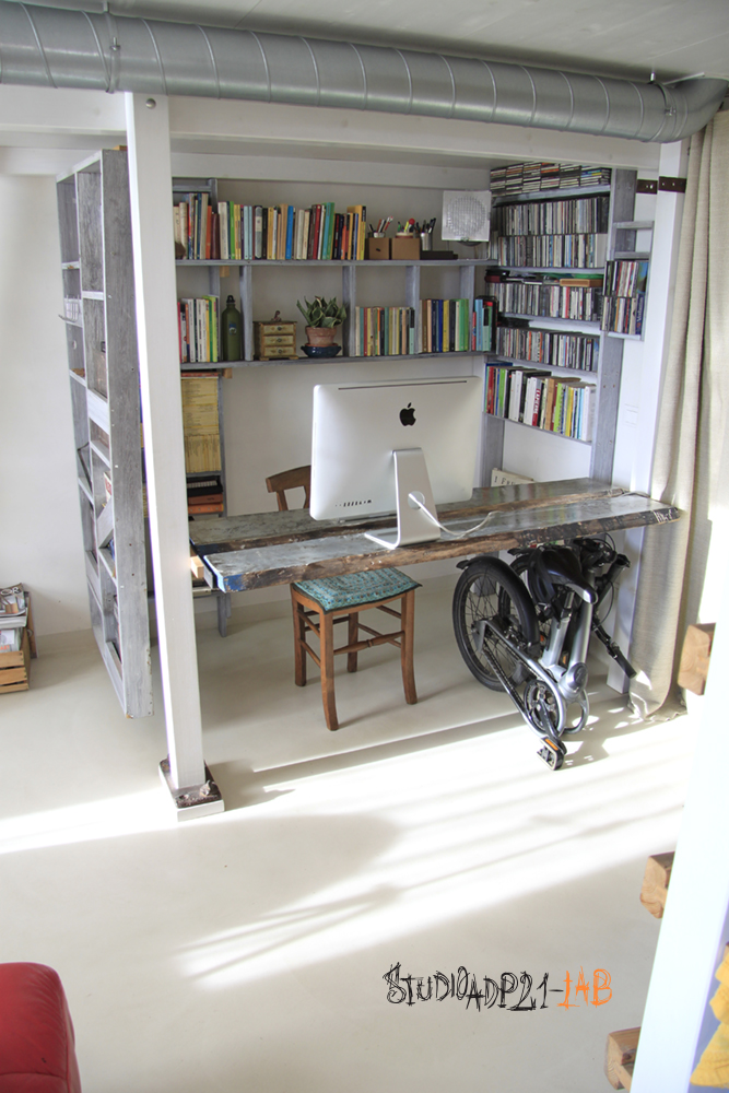 soppalco con tavolo sospeso ancorato sopra.spazio per una bici pieghevole