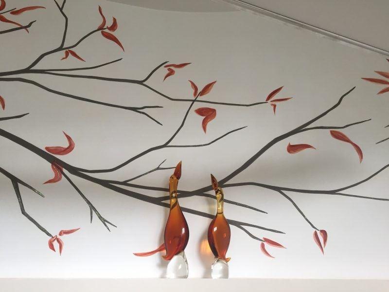 decorazioni moderne albero stilizzato in toni marroni e foglie autunnali arancio ossido