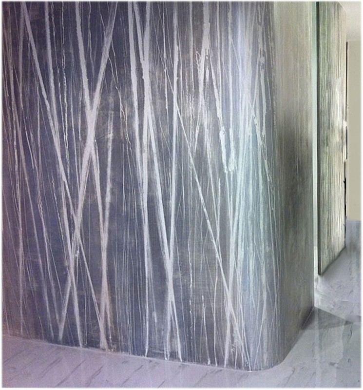 parete con decorazione moderna su prete curva.righe bianche su fondo grigio chiaro