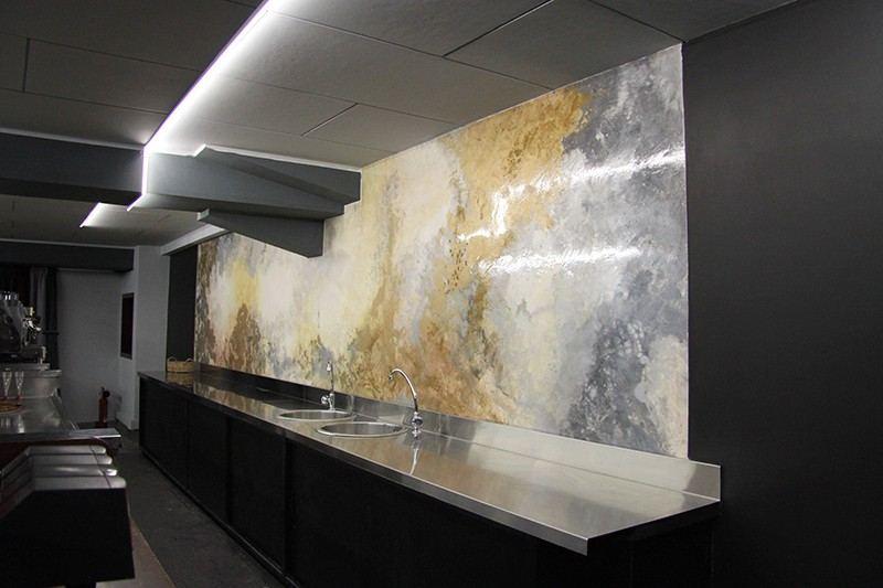 parete retro bar decorata con oro, madreperla e argento,realizzata su pannello e fissata a muro