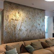 wall decor in salotto: decorazione materica realizzata in microcemento