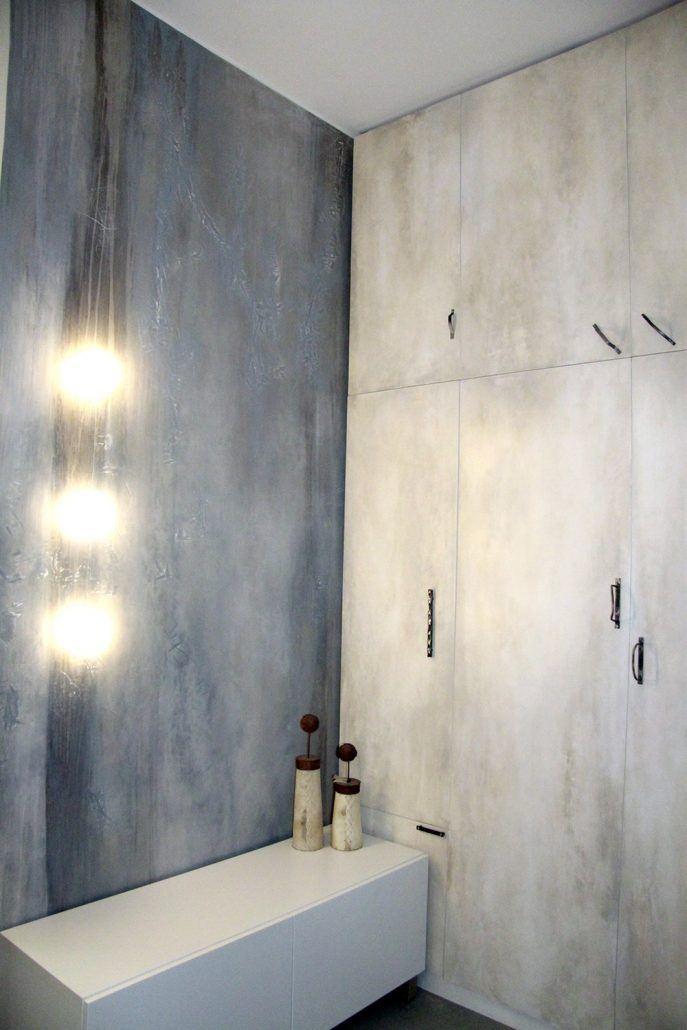 mobile e parete decorate con effetto invecchiato,maniglie artistiche in ferro.luci led inserite nel decoro