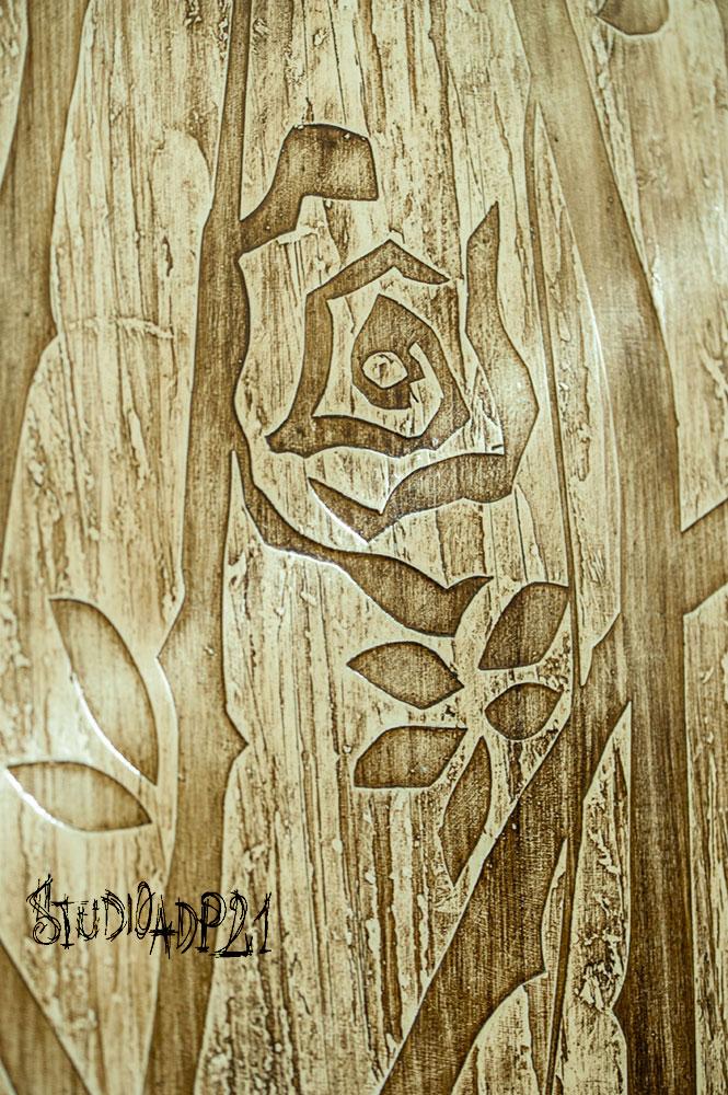 pannello decorativo con rose stilizzate a spessore toni color sabbia