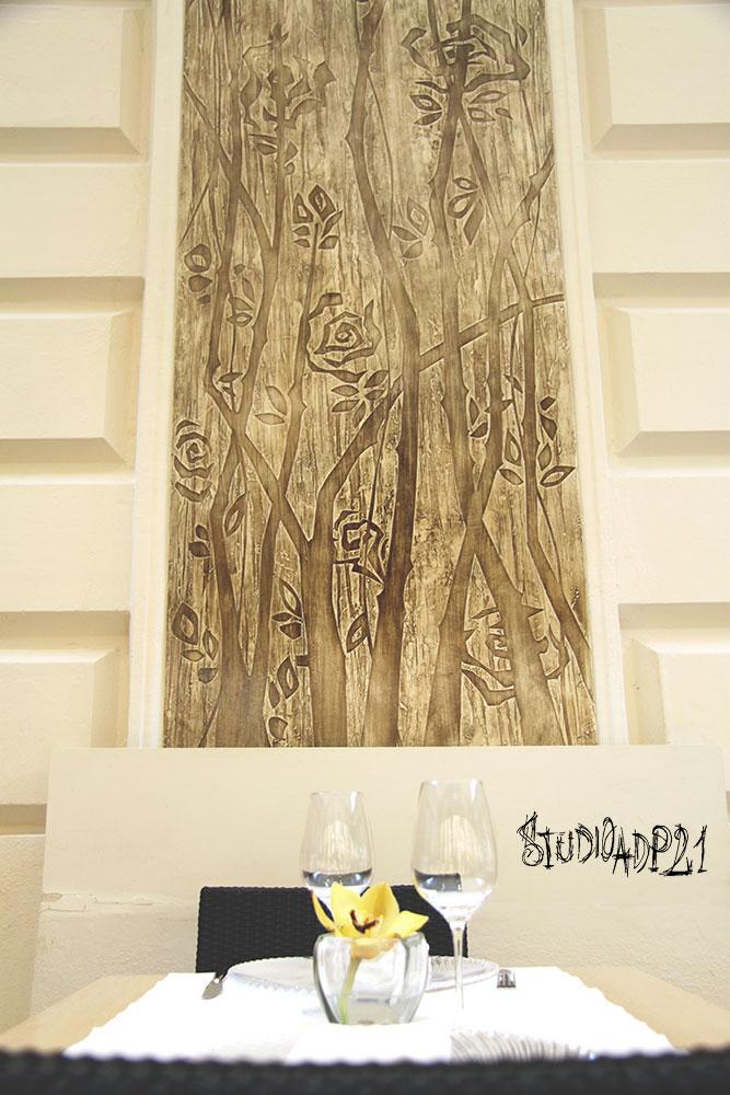 parete artistica moderna con rose stilizzate leggermente a spessore, mono crormatico