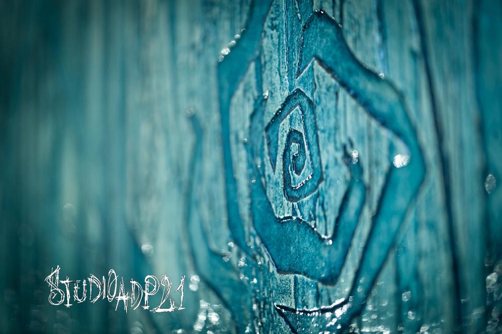 particolare di parete decorata in albergo, dietro la reception.decoro artistico cin rose azzurre stilizzate.leggero spessore