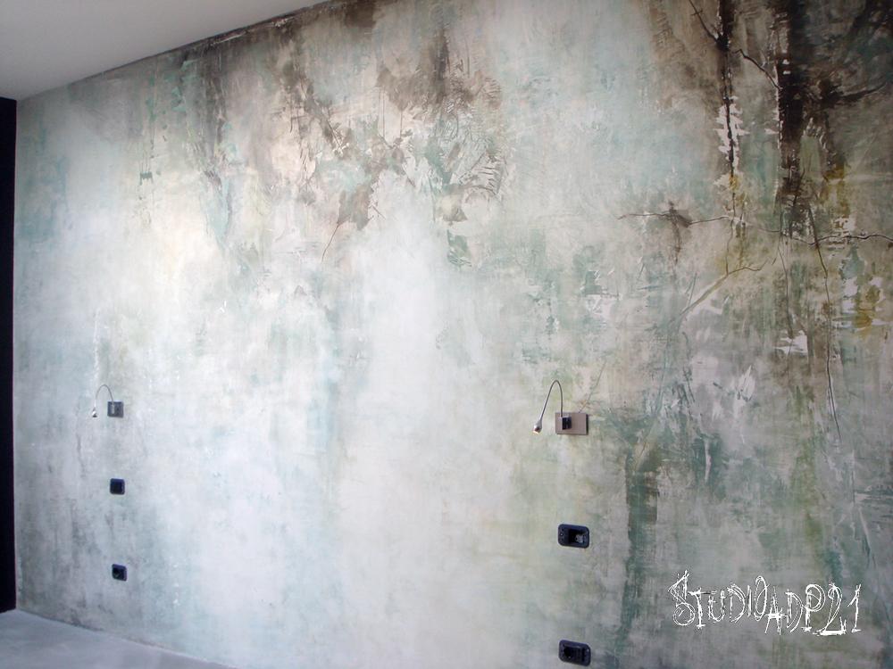 parete invecchiata sui toni del verde acqua e azzurro