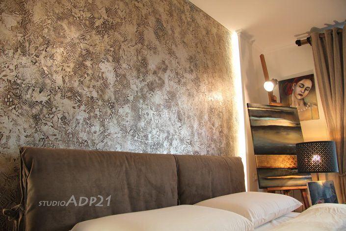pareti artistiche moderne come testata letto: decoro con microcemento e foglia argento