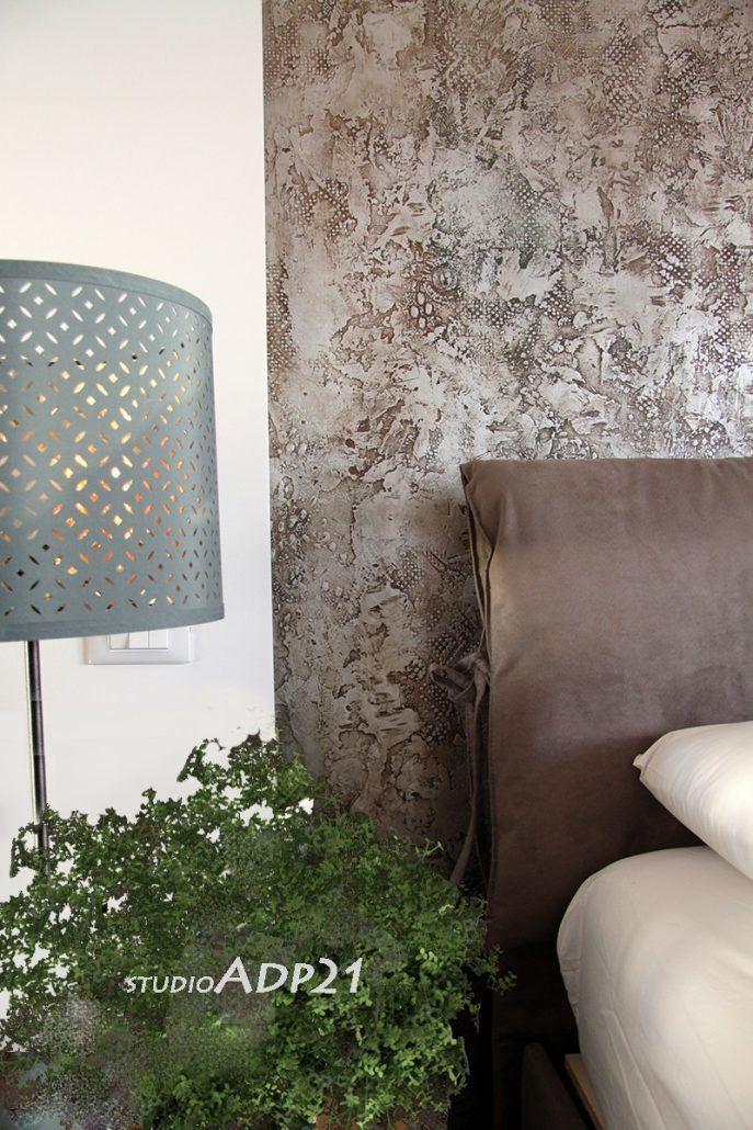 parete letto decorata con microcemento rivestito in foglia argento