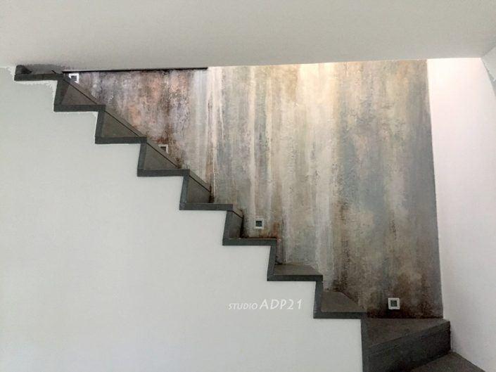 parete con decoro moderno per parete scala. colature di colore sui toni bianchi, blu e ruggine