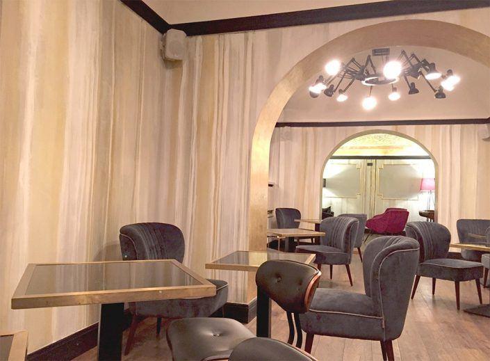 decorazione moderna: colature verticali su parete