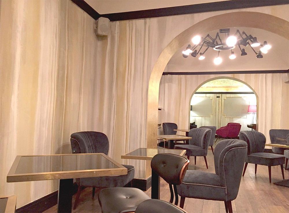 decorazione moderna: colature verticali su parete nella sala colazioni di RELAIS ORSO, centro storico a Roma