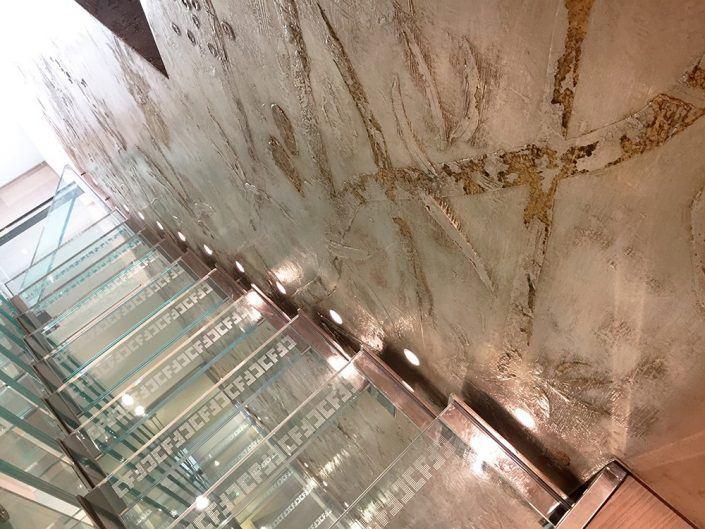 parete scale decorata in resina con foglia oro e argento