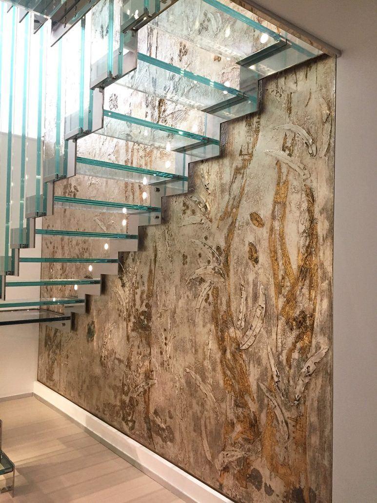 parete artistica lato scale, realizzato con resina e rivestimento in foglia oro e argento.decoro a spessore