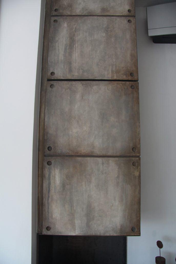 cemento industriale-bio camino e credenza verticale sopra di esso.estetica della truttura in microcemento decorato con effetto cemento industriale