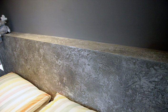 testiera in muratura decorata effetto cemento