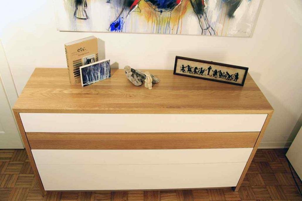 cassettiera per camera daletto, realizzata su misura , in rovere e laccatura bianca