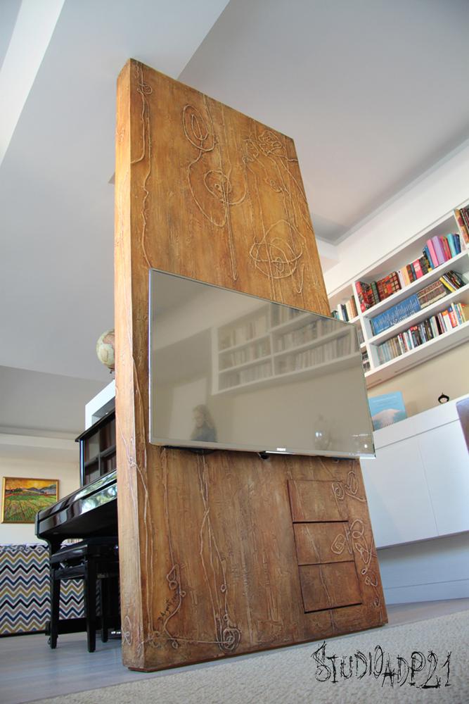 parete artistica, porta tv in microcemento color ocra e rosso ossido